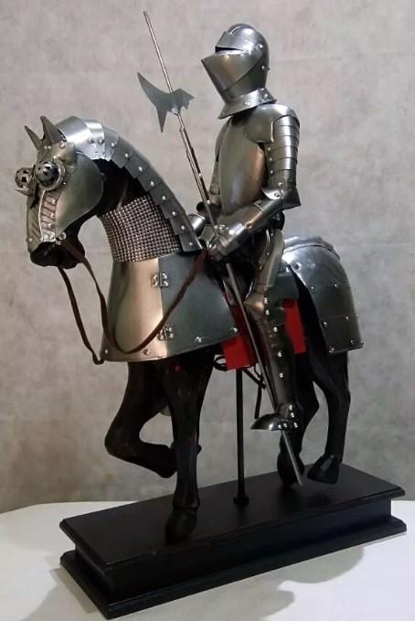 Guerreiro Templário Medieval com Cavalo